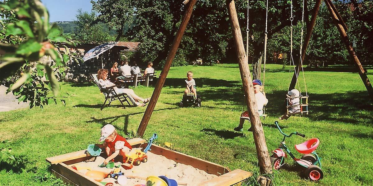 Garten mit Spielplatz, Liegewiese und Grillhütte